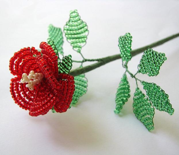 Плести цветочек из бисера