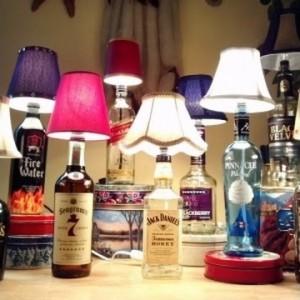 настольные лампы из бутылок алкоголя