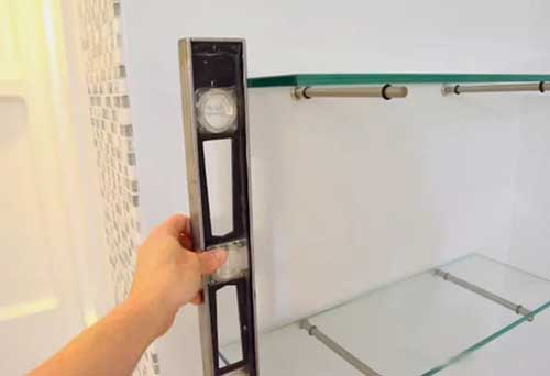 стеклянные полки устанавливаются по уровню