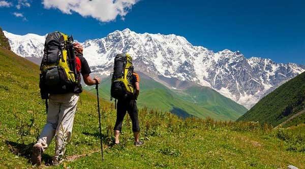 Поход в горы с туристическим рюкзаком