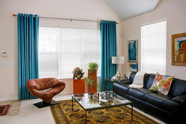 Яркие бирюзовые шторы в гостиной