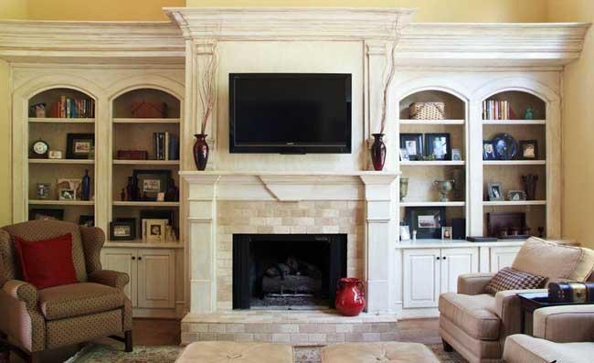 Интерьер гостиной комнаты с камином и телевизором