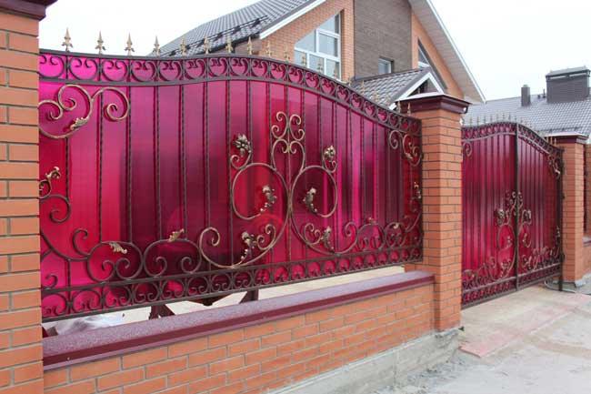 Комбинированный забор из кирпича и кованного металла