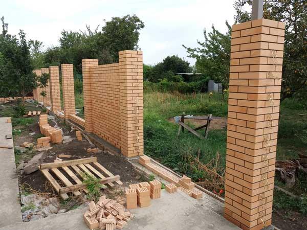 Строительство опор забора из кирпича