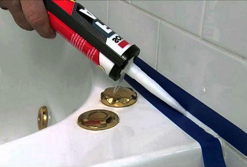 Нанесение герметика в ванной
