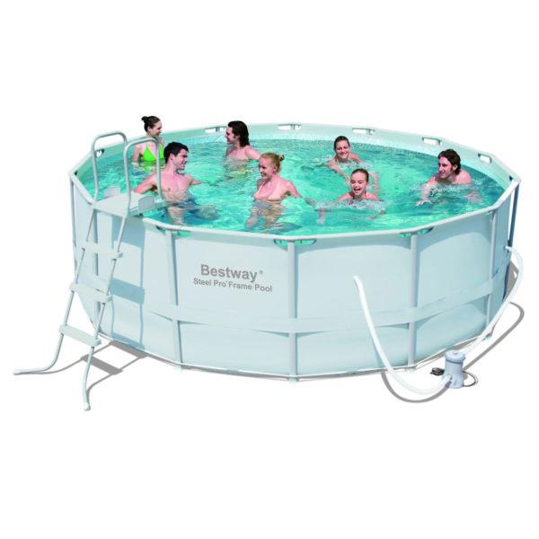 Каркасный бассейн с водой