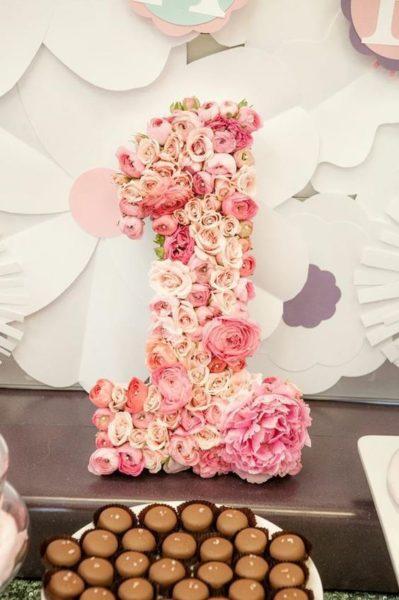 цифра 1 из готовых искусственных цветов