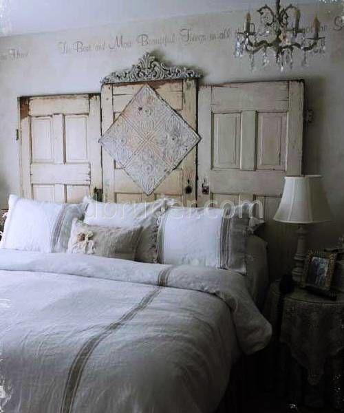 кровать из старых дверей