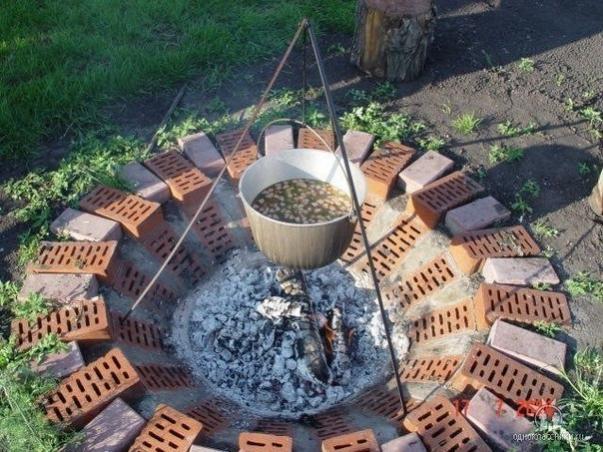 Место для разведения огня из старого кирпича